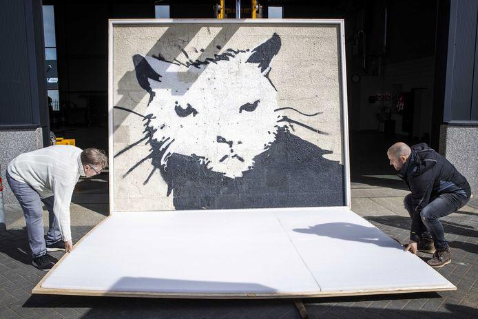 Het 500 kilo zware kunstwerk White House Rat wordt uitgeladen in Staphorst.