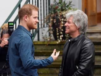 Prins Harry reikt onderscheidingen uit aan oorlogsveteranen én Bon Jovi