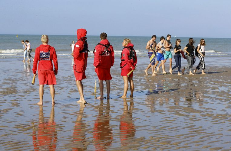 Redders op het strand van Blankenberge. Beeld Belga