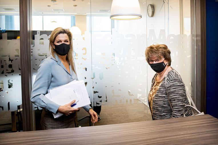 Koningin Máxima en SER-voorzitter Mariette Hamer (R) brachten een werkbezoek aan het Regionaal Werkcentrum Amsterdam (RWC). Beeld ANP