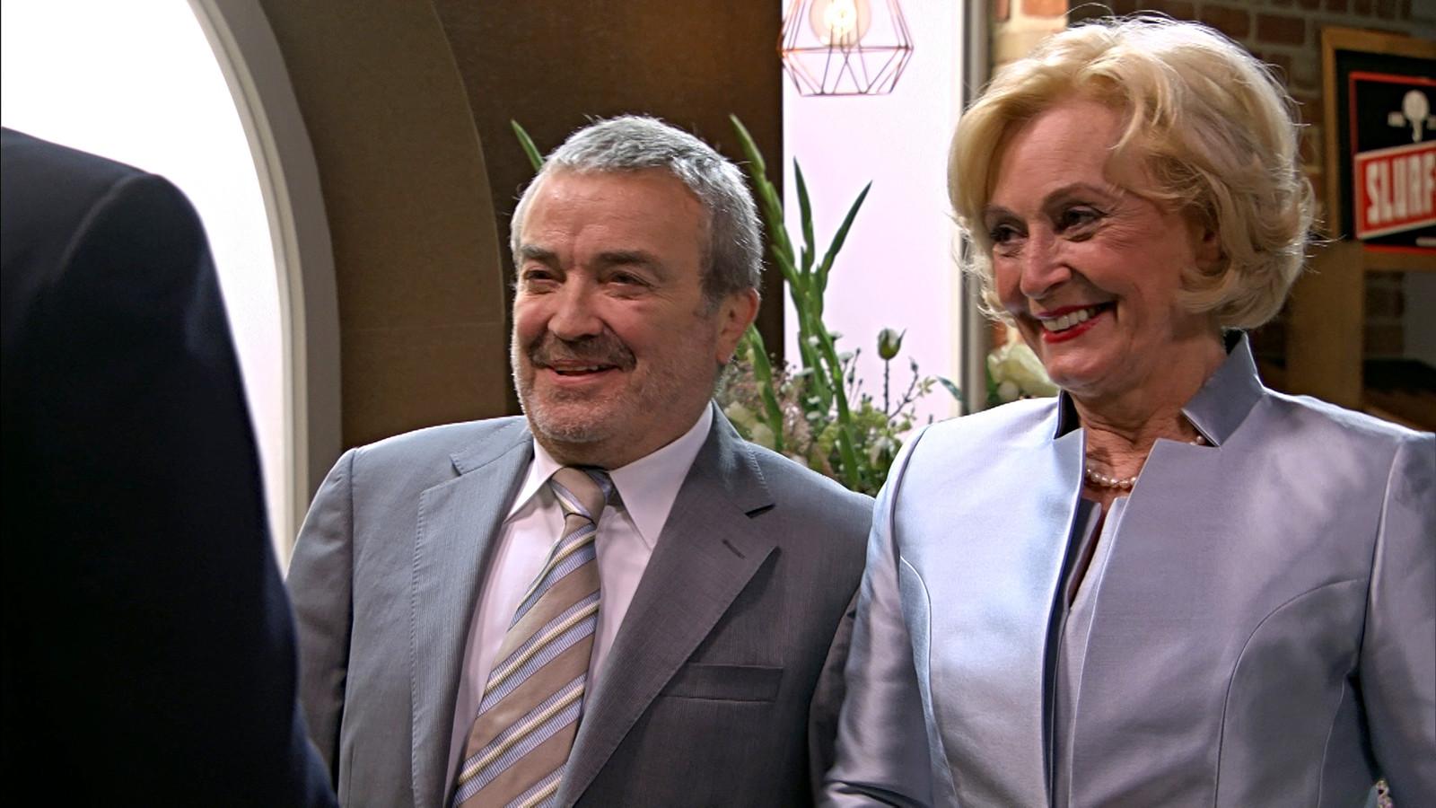 Toch nog een huwelijk in dit seizoen van 'Thuis': Leo (Walter Moeremans) en Marianne (Leah Thys) gaan trouwen.