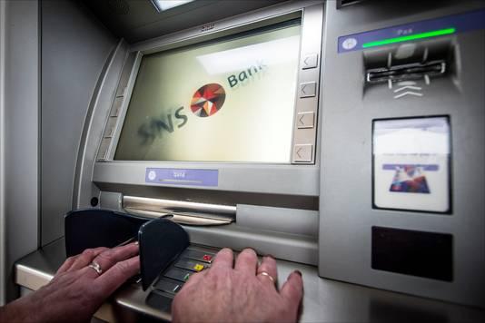 Een pinautomaat bij een toenmalig SNS-filiaal.