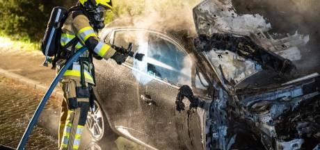Autobrand in Nijmegen: voorzijde verwoest door vuur
