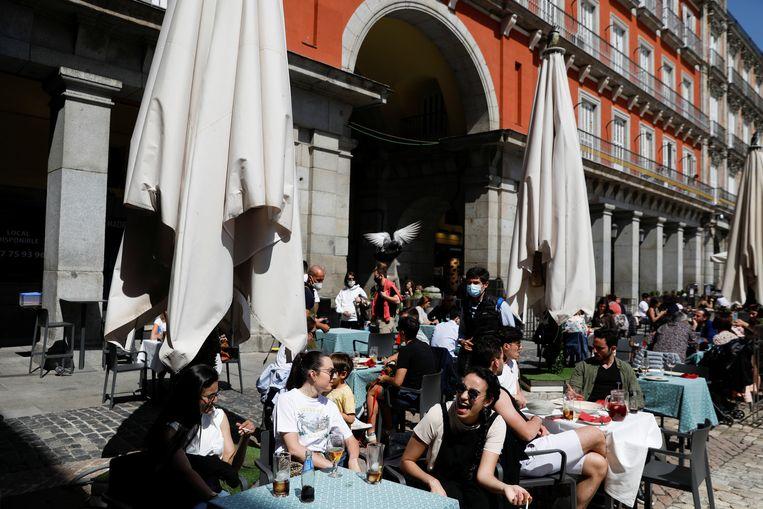 Horeca op de Plaza Mayor ontvangt gasten. Beeld REUTERS