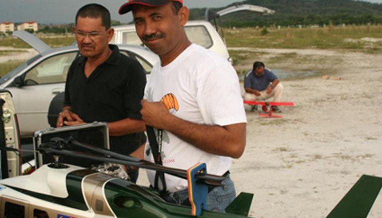 Zaharie Shah met zijn tweemotorige modelhelikopter. Beeld Facebook