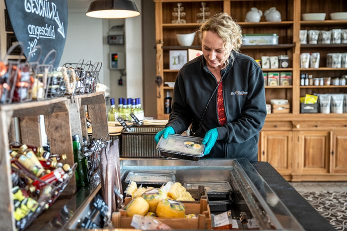 Lidy van de Ven van Gasterij Hof van Huijbers ruimt de koeling in.