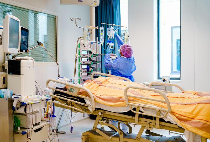 Medewerkers geven zorg aan een coronapatiënt op de Intensive Care afdeling