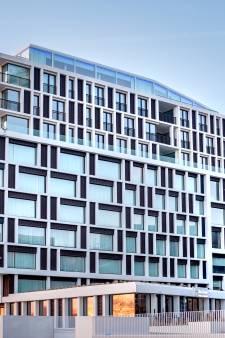 Radisson Blu Hotel en sterrenchef bieden viergangenmenu aan in hotelkamer met zicht op skyline van Brugge
