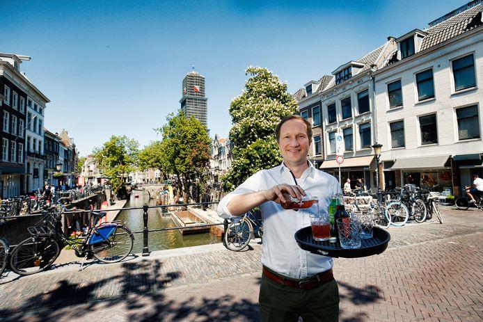 Maarten Koning langs de Oudegracht die auto- en fietsvrij moet worden, om tussen de Smeebrug en de Gaard terrassen neer te kunnen zetten.