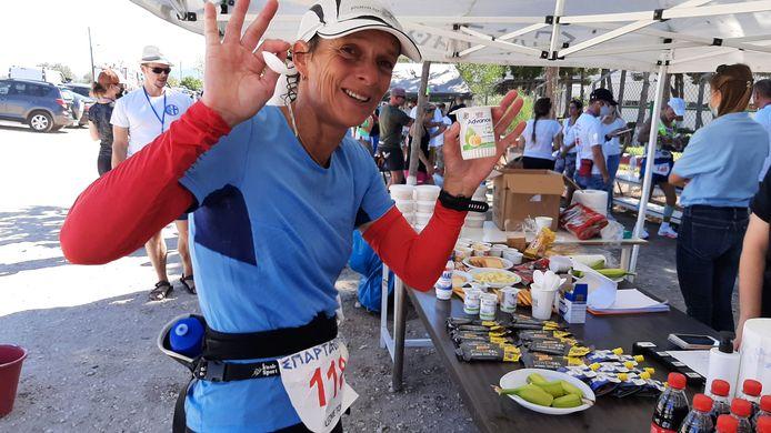 Leonie Ton, bezig aan de Spartathlon, bij de verversingspost rond de 80 kilometer.