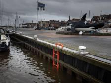 Deze feloranje trapjes in de haven van Urk moeten levens redden