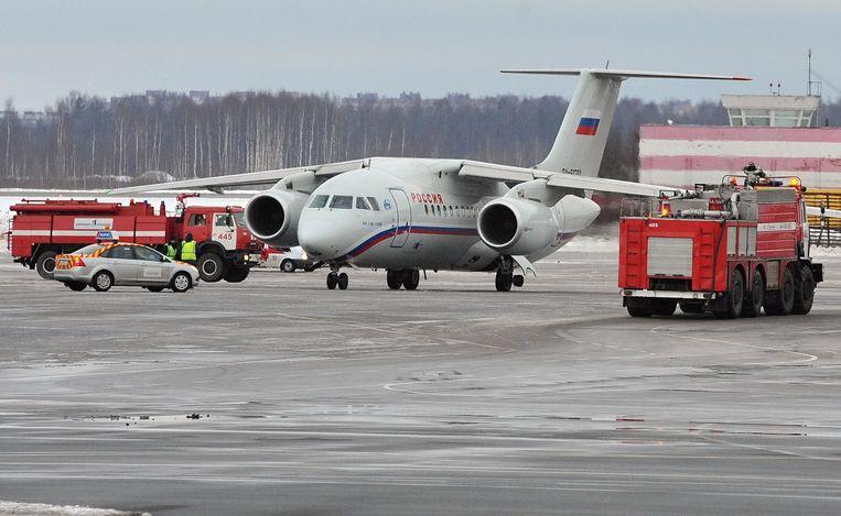 Een Russisch vliegtuig na een noodlanding op het vliegveld in Sint-Petersburg in 2012. Beeld EPA