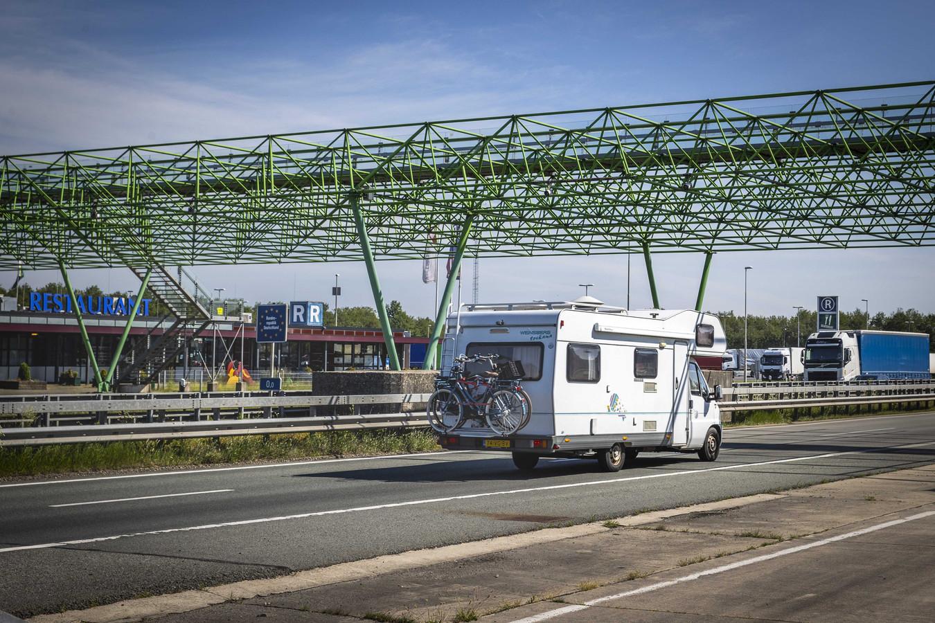 Vakantiegangers passeren de grens met Duitsland.