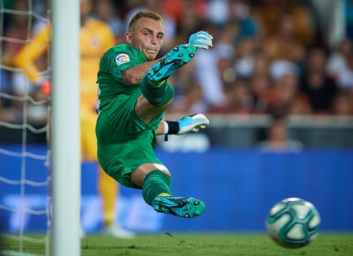 Jasper Cillessen heeft geen antwoord op een strafschop in de oefenwedstrijd tegen Inter Milan in Mestalla, de thuishaven van Valencia.