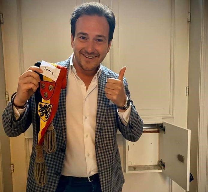 Francesco Vanderjeugd met z'n burgemeesterssjerp, mét sorry-briefje, die in zijn brievenbus gedropt werd.