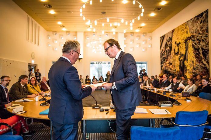 Informateur Mark Boumans (r) biedt zijn coalitie-advies aan aan VVD-voorman Jan Markink.