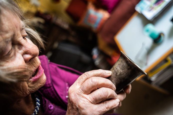 Marion Veld kan na lang poetsen de inscripties lezen van het zilverwerk dat de joodse familie Pinto in de oorlogsjaren heeft verstopt in een herenhuis aan de Parkstraat in Arnhem.