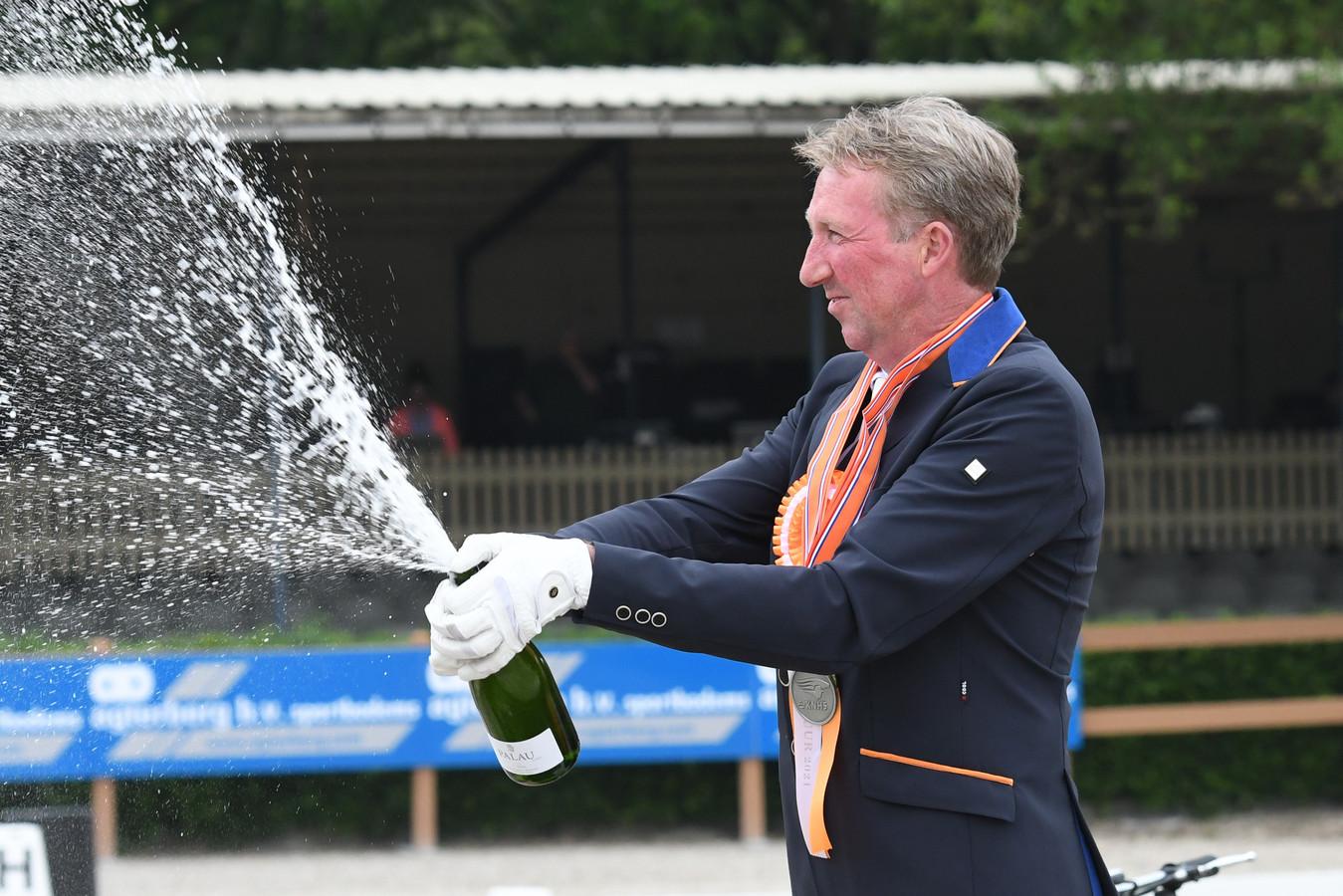 Frank Hosmar laat ook als nummer twee van het NK dressuur de kurken knallen.