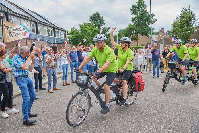 Mark van Bommel fietst met vrouw en twee kinderen naar Parijs om geld op te halen voor het KWF.