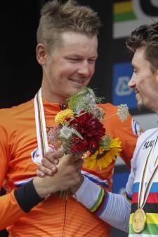 Alaphilippe pakt tweede wereldtitel op rij na indrukwekkende solo, zilver voor Van Baarle