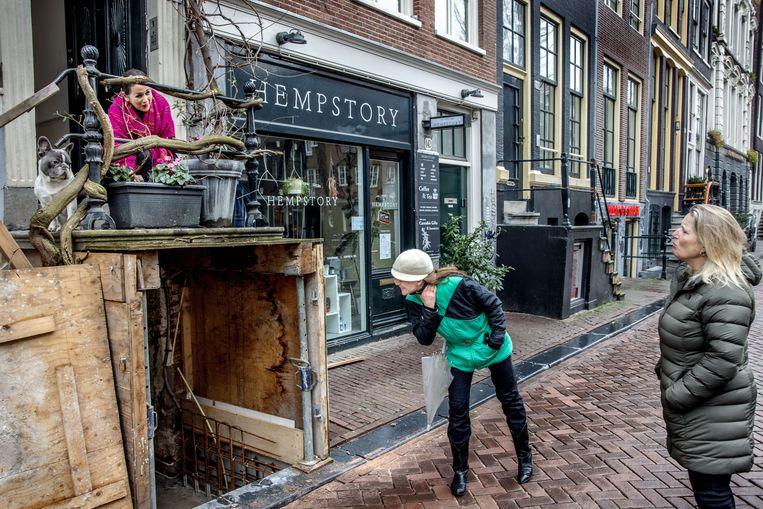 Nederland, Amsterdam, 5 februari 2021. Hannelore van Sante (r), teamchef van politiebureau Burgwallen, en buurtbewoonster Su Tomesen  maken een wandeling. Beeld Jean-Pierre Jans