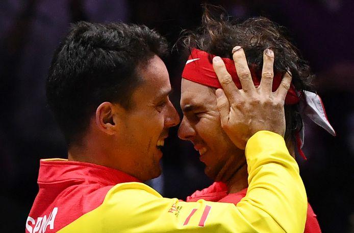 Roberto Bautista Agut en Rafael Nadal vieren de Davis Cup-zege tegen Canada.