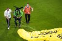 """""""Des difficultés techniques ont forcé le pilote à atterrir dans le stade"""", selon un communiqué publié sur le site de l'association."""