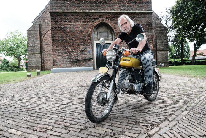 Jan Bijvank op een Honda SS50, een van de modellen die in de Remigiuskerk te bewonderen is. ,,De fascinatie voor de brommer is altijd gebleven. Nostalgie, hè. Brommers voeren je terug naar je jeugd, toen je nog onbezonnen in het leven stond.''