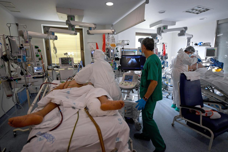 De intensive care van het Ramon y Cajal ziekenhuis in Madrid, waar ruim 30 procent van de bedden is bezet door corona-patiënten.  Beeld AFP