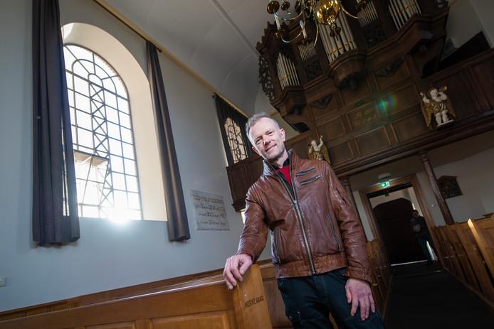 Marcel Oostenbrink in de kerk waar hij zondag wordt bevestigd als dominee. De discussie over de Nashville-verklaring vindt hij 'heel heftig'.