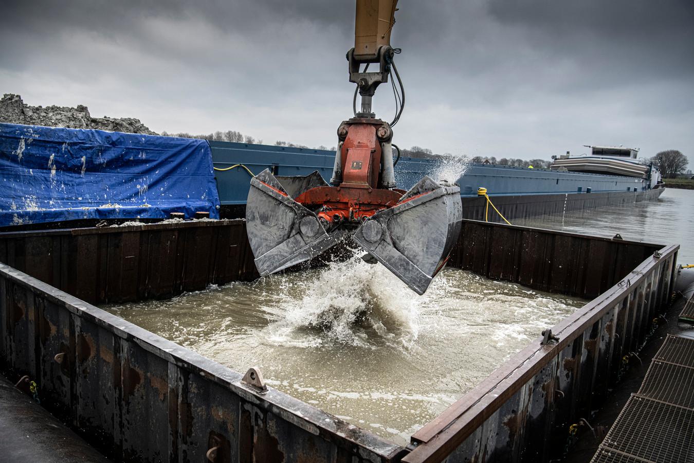 Het storten van granuliet  bij Zandwinningsgebied Over de Maas in 2020.