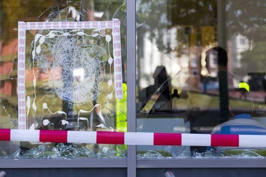 Een kapotte ruit na eerdere rellen in de Schilderswijk naar aanleiding van de dood van de Arubaan Mitch Henriquez