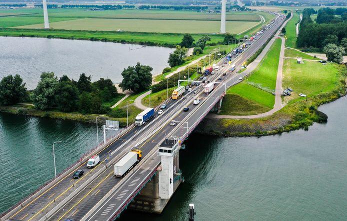 Voor de Haringvlietbrug staan dagelijks files als gevolg van de ingevoerde snelheidsbeperkingen.