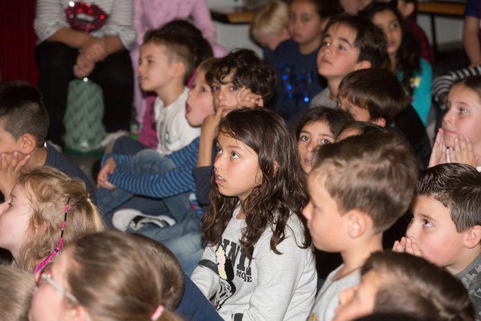De leerlingen luisterden massaal geboeid.