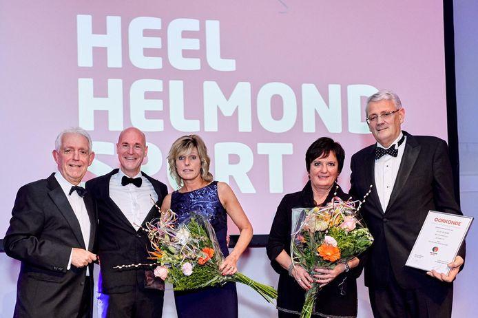 Philippe van Esch (tweede van links) en Ari de Kimpe (uiterst rechts) worden benoemd tot erelid van Helmond Sport.
