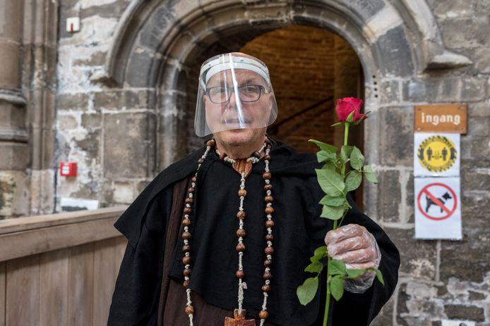 Torenwachter Hans Baris ontvangt zijn gasten van de Dikke Toren in Zierikzee volledig coronaproof, inclusief volgelaatsmasker en plastic handschoenen. Iedereen die naar boven gaat krijgt in het kader van de expositie op de eerste verdieping een bloem mee.
