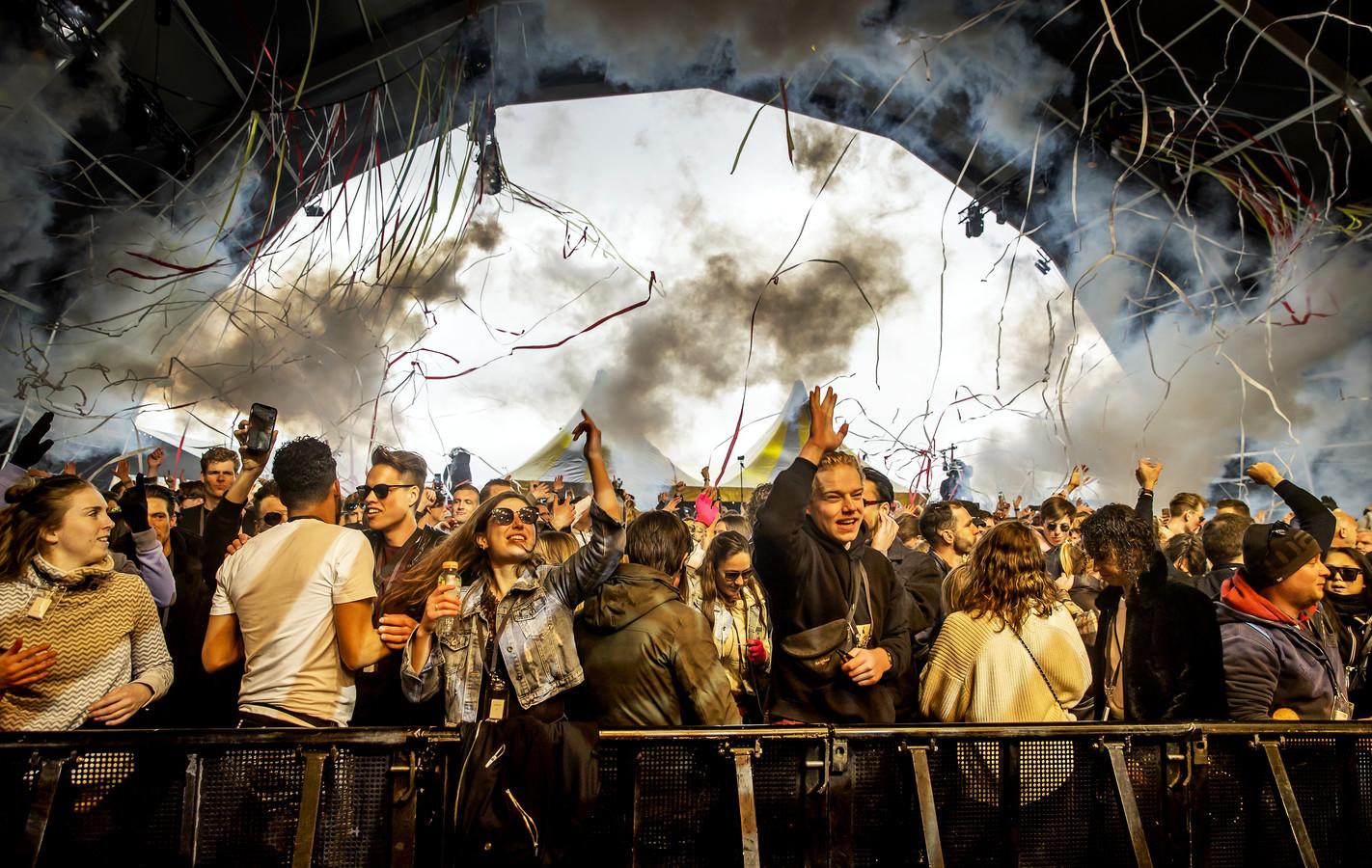 Bezoekers van een dancefestival op het evenemententerrein van Walibi Holland tijdens een Fieldlab-experiment, eerder dit jaar.