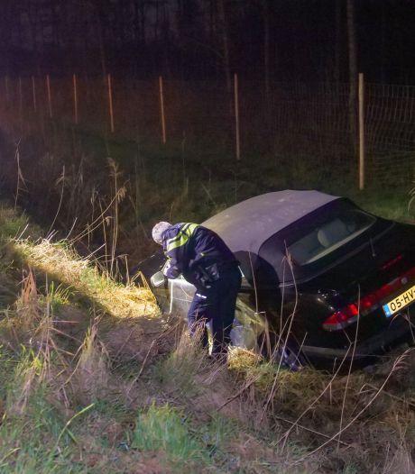 Auto rijdt sloot in Zeewolde in, bestuurder licht gewond