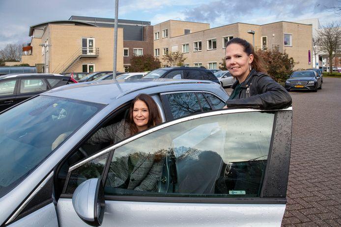Iris de Vries (links) en Kelly van Meel van het FACT-team jeugd van Pro Persona.