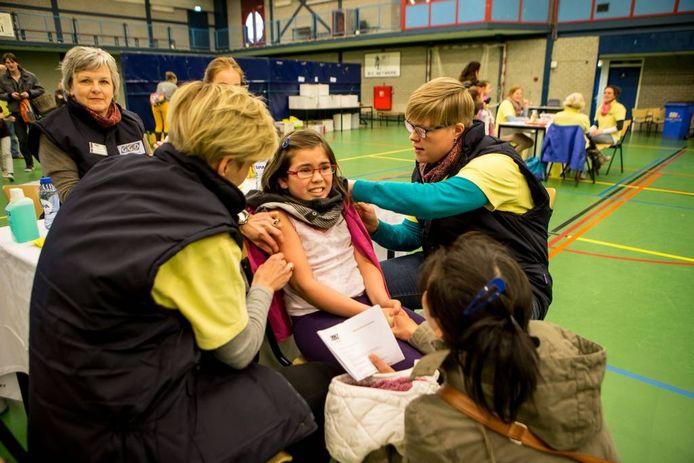 In de WRZV-hallen in Zwolle kwamen gisteren vijfhonderd 9-jarige kinderen hun herhalingsprikken BMR en DTP halen, en nog eens hetzelfde aantal meisjes van 12 en 13 jaar oud de HPV-prik tegen baarmoederhalskanker. foto