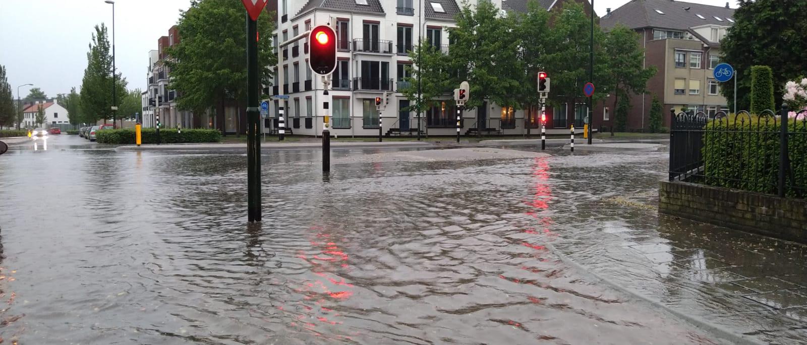 Een ondergelopen kruispunt in Aalst.