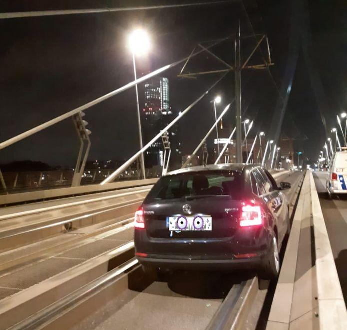 Het kostte de politie weinig moeite de auto tot stilstand te brengen: de bestuurder van de Skoda Fabia reed zichzelf vast op de tramrails.