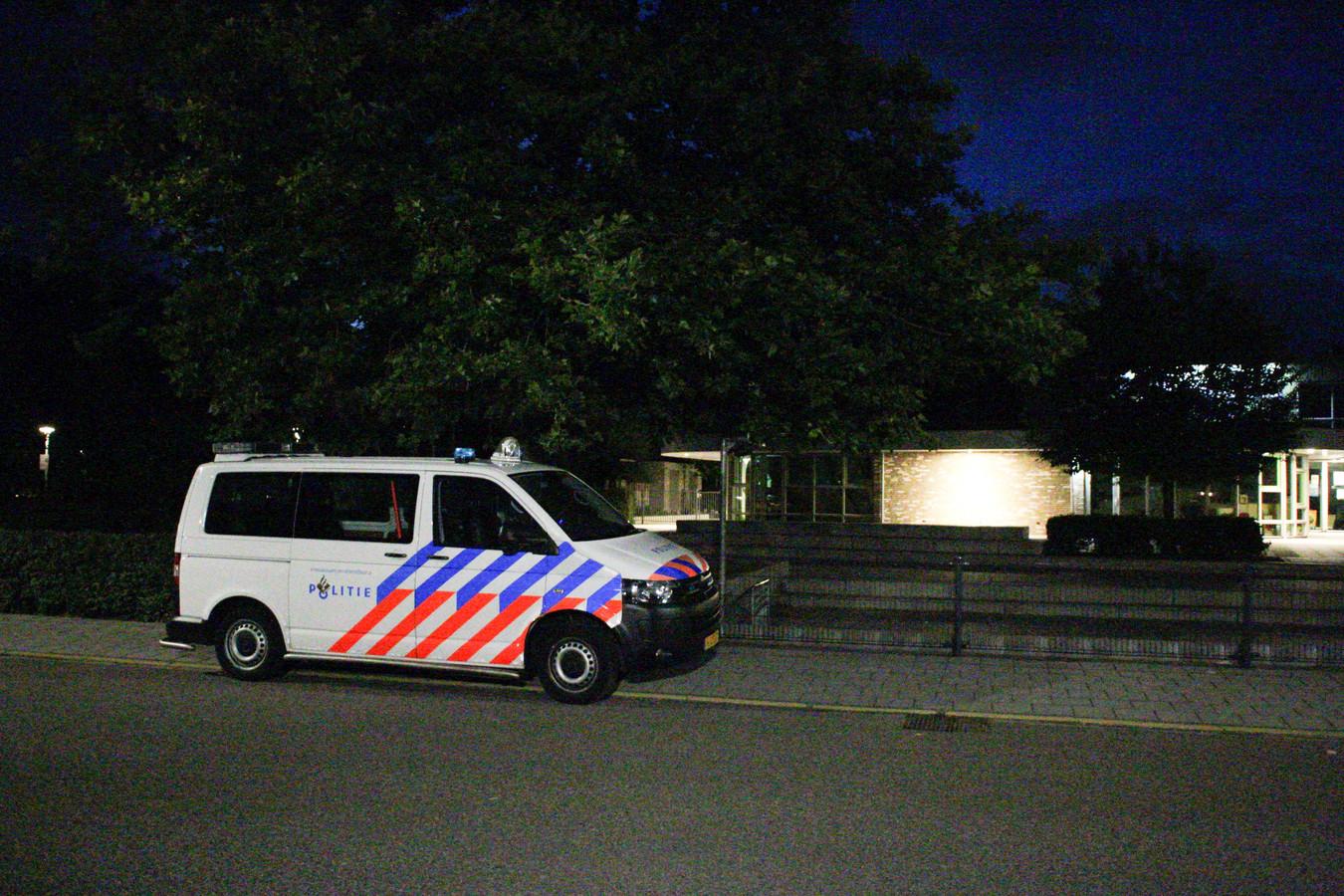 De politie in actie in Paasbos in Nijkerk in de zomer van 2020. Meldingen over overlastgevende jeugd zouden de aanleiding zijn geweest voor de zoekacties rondom een basisschool in de wijk.