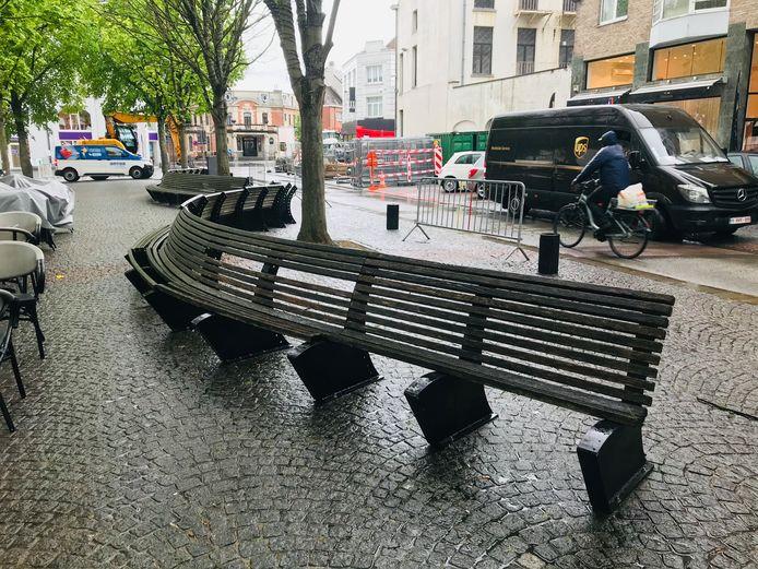 De zitbanken op het Vredeplein.