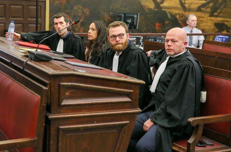 Advocaten Isa Gultaslar, Laura Severin, Romain Delcoigne en Sven Mary tijdens het voorlezen van het vonnis tegen hun cliënten Sofien Ayari en Salah Abdeslam. Beeld EPA