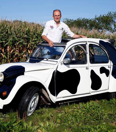 Ex-melkveehouder Aart (55) uit Rijswijk rijdt in een gevlekte eend met een loeiende koe als claxon