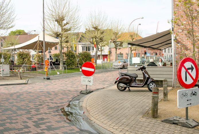 De nieuwe verkeerssituatie aan eetcafé BlaBlaBla op de Dries van Sint-Pauwels.