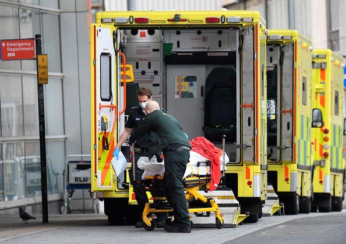 Een coronapatiënt bij een rij ambulances in Londen.