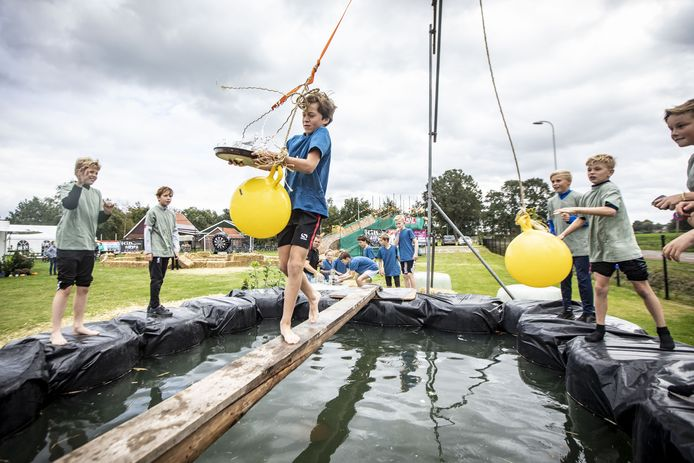 De evenwichtsbalk, een van de onderdelen van de meerkampt tijdens het laatste dorpsfeest van 2019.