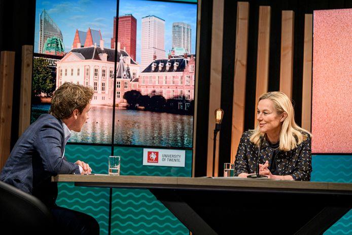 Sigrid Kaag in gesprek met (onder meer) Sander Schimmelpenninck.